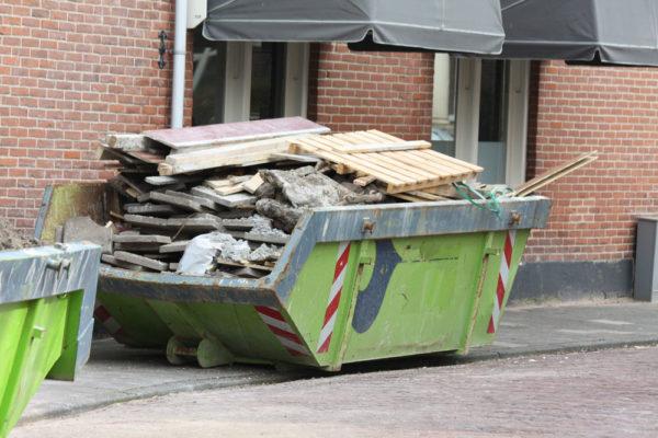 Можно ли выкидывать строительный мусор, и как правильно это делать