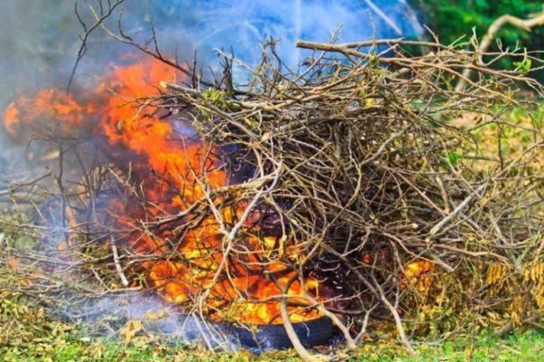 как сжигать мусор в деревне